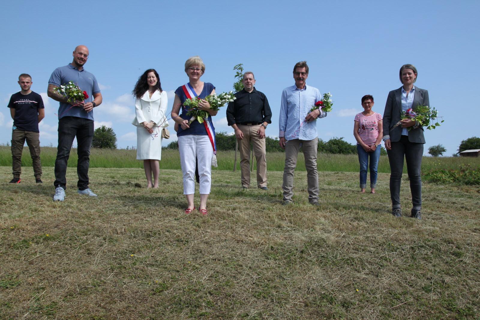 Le maire (avec l'écharpe), les adjoints (avec des fleurs) et une partie des conseillers de Heining-lès-Bouzonville.  Photo RL